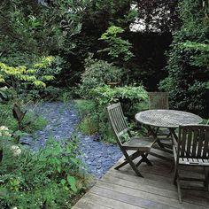 Jardin fait par le paysagiste Pierre-Alexandre Risser avec des bambous, olivier, capucines, graminées et vivaces. Salon de jardin installé sur une terrasse
