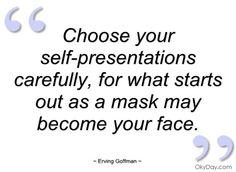 """Erving Goffman: """"sosiaalinen kanssakäyminen on teatteria, roolien esittämistä, maskien käyttämistä"""""""