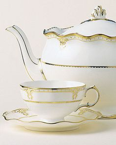 For a party befitting of a queen, this regal Elizabeth Gold teapot with gold edging is a functional showpiece.