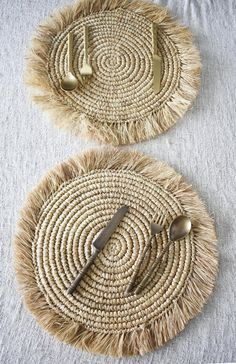 SET OF 2 natural boho placemats with fringe, dinnerware set, table decor pad, raffia fringe placemat, handwoven seagrass placemat Macrame Art, Macrame Design, Macrame Projects, Crochet Projects, Diy Crafts Videos, Arts And Crafts, Diy Crafts For Kids, Rope Crafts, Yarn Crafts