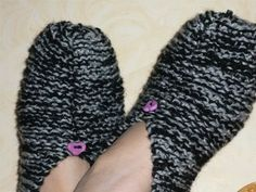 Knitted Slippers, Knitting Socks, Fingerless Gloves, Arm Warmers, Mittens, Voici, Diy And Crafts, Textiles, Shoes