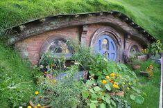 Moon to Moon: The Hobbit Holes of Hobbiton....I can't wait for this movie. And, I need a Hobbit Hole!