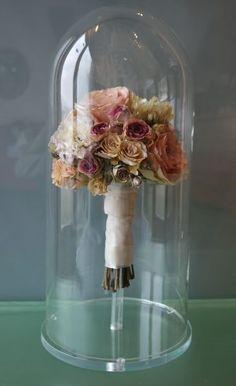 Je bruidsboeket na de bruiloft laten prepareren om te bewaren is op 3 verschillende manieren mogelijk.   - Stikstof pyramides - Drogen in bolkoepel met ovalen lijsten - Stolpen   Het bruidsboeket moet wel z.s.m. na de bruiloft bij ons zijn. Dit om de bloemen zo goed mogelijk te hebben.