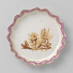 Manufactuur Oud-Loosdrecht   Tea service, Manufactuur Oud-Loosdrecht, c. 1774 - c. 1778   Pattipan van porselein. Rond, met een geschulpte, opstaande rand. Beschilderd in sepia met figuren in een landschap. Langs de randen een lila fries tussen gouden biezen.