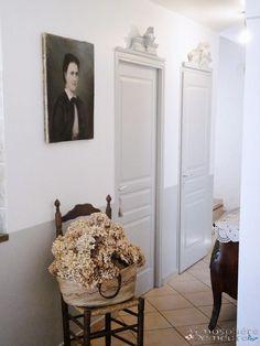 L'art de personnaliser les portes avec de jolis frontons. Peinturer le bas des murs du même gris que les portes est une très bonne idée. EntréE en Matière... Par Atmospheredemeure.