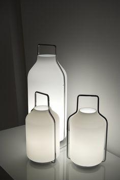SOMERSET - LIGNE ROSET. Design Eric Jourdan. Silhouette précieuse et lumineuse pour cette lampe à poser en opaline avec poignée de portage qui réinterprète les anciens bidons de lait.