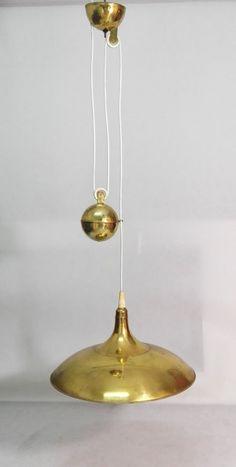Mosiężny żyrandol z przeciwwagą służącą do regulacji wysokości.Charakterystyczny kształt i idea przeciwwagi jednoznacznie wskazuje na…