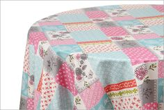 Mantel Denisse: Si te gusta el patchwork, viste tu mesa con la relajada sensación que produce esta mantelería de gratos colores y evocadores trazos, plasmados en esta prenda de fácil cuidado. Los diseños que integran esta colección, pueden armonizarse también con Casandra y Daphne.