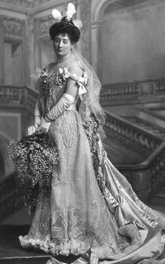 The classic three ostrich plumes of court presentation apparel. A diamond star belle epoque tiara, worn by Lady Isabel Bennett in An eight pointed star, with circular diamond spacers, attached to a platinum band, and worn at Court Presentation. 1900s Fashion, Edwardian Fashion, Vintage Fashion, Edwardian Era, Royal Tiaras, Royal Jewels, Belle Epoque, Vintage Photographs, Vintage Photos