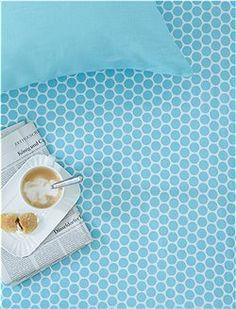 Spannbettlaken, Dot Big, blue Mit schönen, großen, grafischen Punkten ist das Spannbettlaken aus der neuen Kollektion von Pip bedruckt. Wir bieten es in vier Größen an.