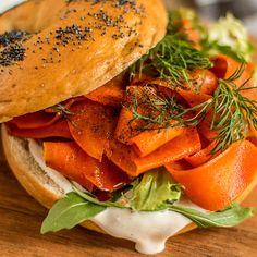 Wegański łosoś to prawdopodobnie kolejny hit, który pod względem popularności dorównuje WEGAŃSKIM BEZOM ! Do przygotowania roślinnej wersji ... Carrot Lox, Kitchen Plants, Smoked Salmon, Salmon Burgers, Carrots, Chicken, Vegetables, Ethnic Recipes, Vegans