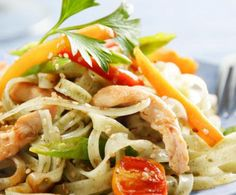 La pasta al pollo è un primo piatto molto saporito e completo per via dell'abbinamento dei carboidrati della pasta alle proteine del pollo.