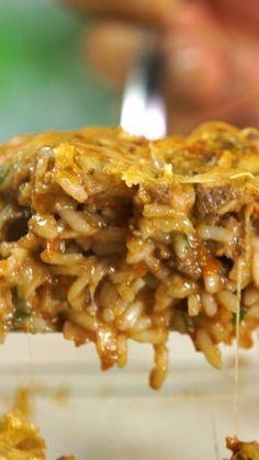 Receta con instrucciones en video: ¡Cremoso y sabroso! Ingredientes: 400 gr. de ternera picada, 200 gr. de arroz , 3 lonchas de tocino picado, 3 huevos , 1 vaso de vino tinto, 1 cebolla picada, 2 dientes de ajo, 1 cda. de perejil picado, 1 cdita. de orégano, 1 cdita. de tomillo, 400 gr. de tomate triturado, Sal, pimienta, oliva, 200 gr. de queso rallado parmesano