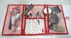"""Porta maquiagem confeccionado em tecido 100%  algodão, estruturado, com dois bolsos em plástico transparente e zíper e divisórias para pincéis.  Bordado no viés. Comporta bem as coisas necessárias para maquiagem do dia a dia. Prático e charmoso. Os produtos são apenas para ilustrar.  Largura=  0,43x0,25cm aberto e 0,16x0,25cm  fechado  Peça o seu na cor que quiser , verifique os tecidos disponíveis clicando em """"MOSTRUÁRIO"""". R$ 35,70"""