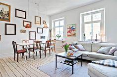 Vackra tidstypiska plankgolv smyckar rummet