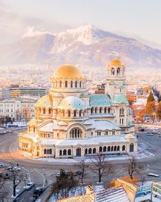 🇧🇬 This is Sofia! Have you ever had an idea of how looked like the Capital City of Bulgaria? We are going to discover this country for one week with Keep tuned! I hope you will enjoy it! Sofia Bulgaria, Beautiful Castles, Beautiful Places, Beautiful Scenery, Stunning View, Amazing Places, Site Archéologique, Travel Abroad, Plein Air