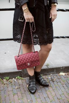 BLOG: http://www.stylemyday.nl/ PRODUCT: http://toral-shoes.com/stores/es/botas-botines/102-10601-negro-1234567891011.html #black #red #boots #total #look #trendy