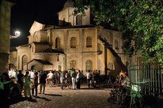 Концерт недалеко от базилики Сан-Витале в течение