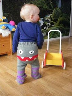 Saga i farver: Smilebukser (eller bare lange blebukser/longies) OK this is a European pin but what a cute idea! Knitting For Kids, Baby Knitting, Baby Barn, Free Sewing, Knitting Patterns, Knitting Ideas, Knit Crochet, Projects To Try, Children