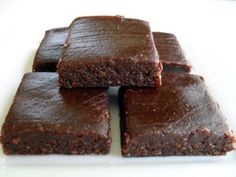 Raw Brownies _ These are no-bake brownies that have carob powder instead of cocoa. They're much healthier than regular brownies. Healthy Food Blogs, Raw Food Recipes, Baking Recipes, Sweet Recipes, Dessert Recipes, Healthy Foods, Healthy Recipes, Raw Brownies, Double Chocolate Brownies