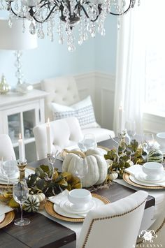 fall-table-with-green-leaf-garland-in-elegant-dining-room-and-candle-light