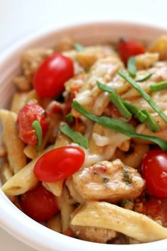 Instant Pot Chicken Margherita Pasta--Penne pasta, bites of chicken, halved grape tomatoes, balsamic vinegar, fresh basil and mozzarella all come together in a simple but totally flavorful one pot meal. I couldn& stop eating this one! Instant Pot Pressure Cooker, Pressure Cooker Recipes, Pressure Cooking, Instant Cooker, Pressure Pot, Chicken Pasta Dishes, One Pot Pasta, Ip Chicken, Pasta Recipes