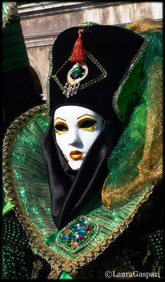 Laura Gaspari on Venetian Carnival Masks, Carnival Of Venice, Venetian Masquerade, Masquerade Ball, Costume Venitien, Venice Mask, Beautiful Mask, Wedding Humor, Poses