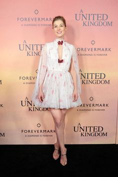 Rosamund Pike = an angel at the premiere of United Kingdom in a floaty caped Giambattista Valli Haute Couture number, lightly printed with a pink petals and affixed with two floral brooches. Her footwear of choice? Rosamund Pike, Celebrity Red Carpet, Celebrity Dresses, Celebrity Style, Emma Stone, Dakota Johnson, Celebridades Fashion, Valentino, Giuseppe Zanotti Heels