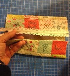 Prometí un tutorial para el proximo neceser que hiciese y aquí os lo traigo. Con muchas fotos del paso a paso para que no se pierda nadie. ... Quilting Tutorials, Quilting Projects, Sewing Tutorials, Sewing Projects, Diy Bags No Sew, Clutch Pattern, Diy Wallet, Patchwork Bags, Bag Patterns To Sew