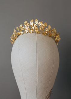 A stunning vintage inspired headpiece feathures gold plated leaves in a breathtaking dislpay. This stylish tiara is not going to be easily forgotten. Add drama and sophistication to any look with this on trend, vintage style tiara. This headband is a perfect math for the bride wearing a vintage dress or for the boho bride. A unique brass leaf headpiece will looking as pretty as a princess in no time! Material: Metal gold leaf, flexible gold wire, ivory organza ribbon. Available in gold…