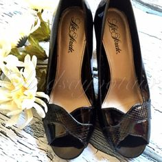 EEUC Life Stride heels ✨Practically NEW, only worn once. No marks or scuffs that I can see. Bottoms look new. Pretty black heels, perfect for business casual or church. ⚜Open to offers, please use the offer button. NO LOWBALL OFFERS, NO TRADES. Life Stride Shoes Heels