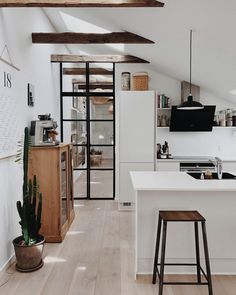 Modern Kitchen Interior Remodeling Find other ideas: Kitchen Countertops Remodeling On A Budget Small Kitchen Remodeling Layout Ideas DIY White Kitchen Remodeling Paint Kitchen Remodeling Before And After Farmhouse Kitchen Remodeling With Island Modern Kitchen Interiors, Modern Kitchen Design, Modern Interior Design, Interior Design Kitchen, Modern Condo, Modern Decor, Kitchen Design Trends 2018, Modern French Decor, Modern Apartments