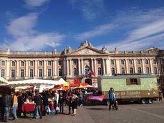 La place du Capitole abrite le marché occitan, durant le Festival Occitania. Toute l'année le mercredi, vous pouvez parcourir un marché forain.