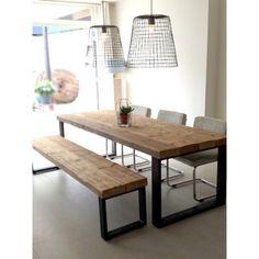 Een stoere eettafel met bijpassend bankje Timber. Gemaakt van oude houten balken met een industrieel stalen frame. Gezien bij De Betoverde Zolder.