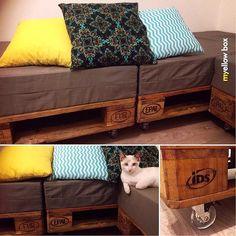 Quase pronto nosso sofá! Falta terminar de fazer todas as almofadas (só tem essas 3 prontas kkk). Quando ele estiver completo, volto a postá-lo :) Amei o resultado! #terapia #renovar #decoramoveis #pallet #handmade #artesanato #myyellowbox