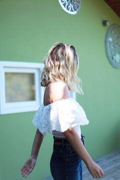 背景の色、ポージング 髪にかかる光。 醸し出すファッションセンス。
