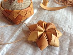 Weaving Designs, Weaving Patterns, Weaving Art, Loom Weaving, Birch Bark Baskets, Birch Bark Crafts, Hawaiian Crafts, Diy And Crafts, Arts And Crafts