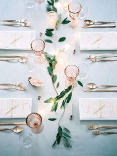 シンプルに葉のついた小枝を散りばめるアイディア。葉の色に合うテーブルクロスやグラスを選ぶように心がけると、一層素敵なテーブルに。がんばりすぎず、さりげなくテーブルを飾りたいあなたにおすすめです。