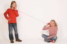 Experimente für Kinder: Bauen Sie mit Ihrem Kind ein Becher-Telefon. Beim Sprechen entstehen Schallwellen. Diese Wellen versetzen den Becher-Boden in Schwingung. Die Schallwellen bringen den Becher zum Schwingen. So sind sie gut zu hören, selbst durch einen Becher!