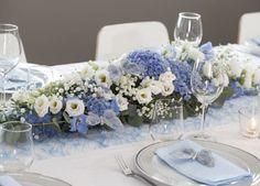 Vakker borddekorasjon med blå hortensia og ridderspore kombinert med hvite blomster og sesongens grønt. Flower Decorations, Table Decorations, Hanukkah, Tablescapes, Lilac, Table Settings, Wreaths, Flowers, Blue
