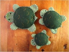 Make these cute turtles with our free felt animal pattern - DIY home decor - Your DIY Family Felt Animal Patterns, Stuffed Animal Patterns, Felt Patterns Free, Felt Ornaments Patterns, Felt Turtle, Turtle Pattern, Fox Pattern, Needle Felting Tutorials, Felt Animals