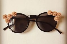 Lyle Style shows us how to make DIY floral embellished sunglasses. Check out this sunglass DIY inspired by Dolce & Gabbana.