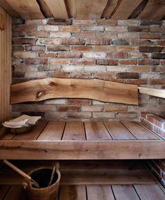 Voiko tämän enempää saunafiilistä olla? Upeat leveät leppälauteet, esiin kaivettu vanha tiiliseinä sekä selkänojana yksi persoonallinen kaareva lauta.  Kuva: Martti Järvi / Glorian Koti