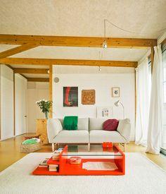 Configuratia casei te poate ajuta să obtii o amenajare ieșita din tipare. Un living cu lemn pe tavan, cu aer de mansarda, sarmant si primitor.