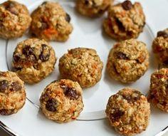Maak deze gezonde carrot cakepops om verantwoord van de troonwisseling te genieten! Carrot cakepops (15 stuks) Deze cakepops met gesnipperde wortel zijn lekker zoet. Leuk om tijdens de troonwisseling op te snoepen. Ingredi�nten 2 wortels, geraspt 6 flinke dadels, ontpit flinke snuf kaneel snufje nootmuskaat snufje zout 100 g walnoten, plus extra Bereiding Neem de�