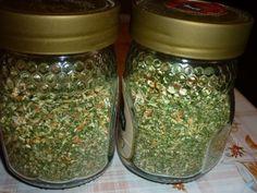 Recept: Domácí vegeta bez soli  1 kg mrkve 1 kg celeru 1 kg petržele 1/2 kg cibule 1/2 kg pórku hrst petržele hrst pažitky hrst libečku. Očištěnou kořenovou zeleninu nastrouháme, cibuli, pórek a natě nakrájíme. Vše usušíme a poté rozmixujeme