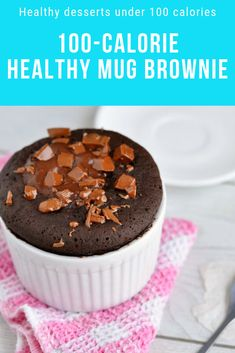 The Best Healthy Chocolate Fudge Mug Brownie You'll Ever Eat Looking for healthy desserts under 100 calories that are still delicious? Tap this pin to get the recipe for this 100 calorie healthy mug brownie! 100 Calorie Desserts, Quick Healthy Desserts, Mug Cake Healthy, Low Calorie Recipes, Health Desserts, Low Calorie Mug Cake, Eat Healthy, Healthy Mug Recipes, Healthy Chocolate Mug Cake