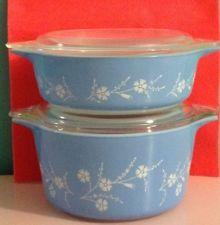 More pretty Blue Dianthus dishes Vintage Pyrex Dishes, Vintage Kitchenware, Vintage Bowls, Vintage Glassware, Antique Dishes, Vintage Dinnerware, Antique Glass, Rare Pyrex, Pyrex Bowls
