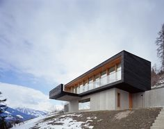 Custom meets cutting-edge structure at Aufberg 1113 – a classy on Design Locations, light-filled, and delightfully up to date mountain retreat surrounded by the snow-capped Hohen Tauern Mountains, in Piesendorf. Designed by Munich architect Prof. Andreas Meck, this distinctive vacation house combines wooden, glass, and pure stone to create strikingly minimalist areas the place performance, trendy aesthetics, and Alpine appeal are completely balanced.