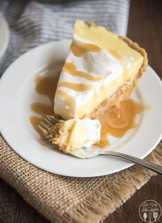 Caramel banana cream pie has a delicious graham cracker crust, a caramel layer, topped with banana pudding and whipped cream for a delicious twist on traditional banana cream pie! Banoffee Pie, Banana Cream Desserts, Köstliche Desserts, Dessert Recipes, Cream Pie Recipes, Sweet Pie, Pie Dessert, How Sweet Eats, Yummy Food
